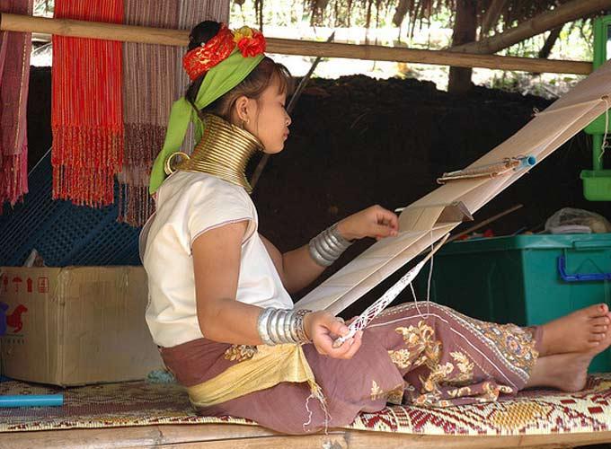 长颈族织布村