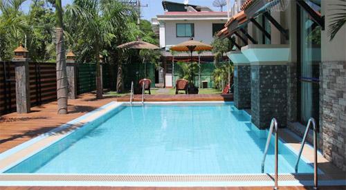阿亚尔瓦蒂河景酒店泳池